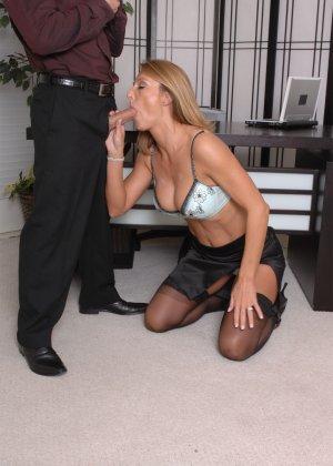 Брэнда Джеймс – зрелая секретарша, которая соблазняет молодого мужчину прямо на рабочем месте - фото 14