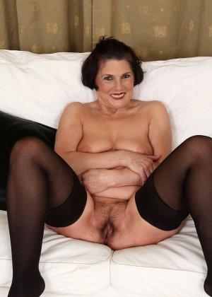Зрелая тетка давно снимается в порно, ее фотографии заводят парней с большими членами и мужиков с похотливыми мыслями - фото 6