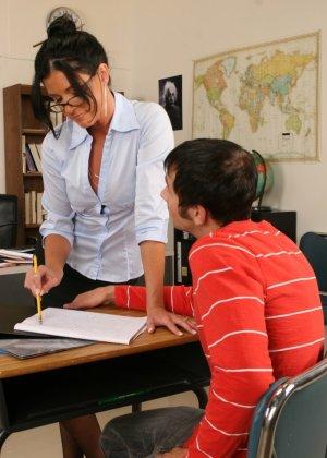 Развратная преподавательница обучает студента, а затем позволяет себя оттрахать в ухоженную пизду - фото 10