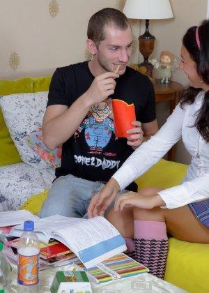 Дружеская беседа заходит в тупик, когда подруга выпивает лишнего, теперь мужчина может достать пенис из штанов и трахнуть милую девку в жопу - фото 8