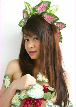 Азиатка в роли романтической принцессы с волосатой пиздой - фото 7