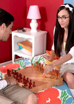 Брюнетка Роксана Рей за игрой в шахматы не заметила, как возбудилась и дала себя раздеть, красотка трахается раком и сверху - фото 8