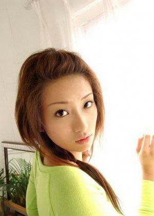 Милая японка Нао Йошизаки не в состоянии скрыть свой пушок на пизде - фото 8