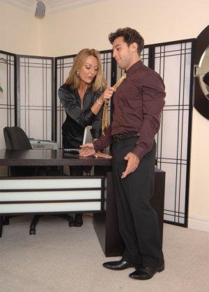 Брэнда Джеймс – зрелая секретарша, которая соблазняет молодого мужчину прямо на рабочем месте - фото 8