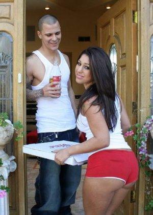 Мексиканка принесла заказ пиццы на дом, где ее трахнули два голодных парня - фото 7