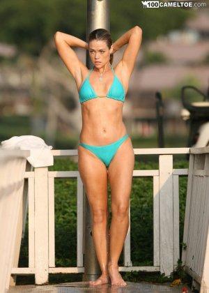 Дэнис Ричардс – красивая модель, которая показывает свое тело в бикини, не замечая фотографов - фото 12