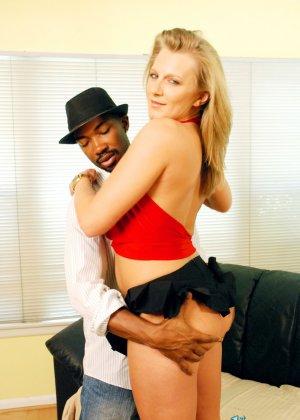 Порша Райд любит черные члены, поэтому с удовольствие обслуживает один из них, позволяя себя потрахать - фото 12