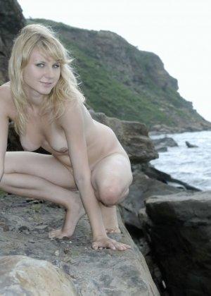 Тори Лейн на каменистом берегу океана снимает сарафан и показывает худое аппетитное тело - фото 3