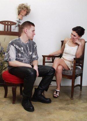 Молодая украинская пара занимается жарким сексом на стуле и получает колоссальное удовольствие - фото 10