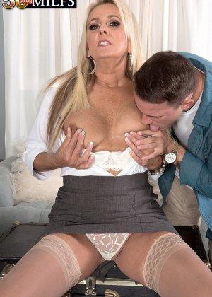 Начальница Мэдисон Милстар пригрозила увольнением, пришлось вылизывать прощение, мужчина раздвинул ноги шикарной женщине и сделал куннилингус - фото 14