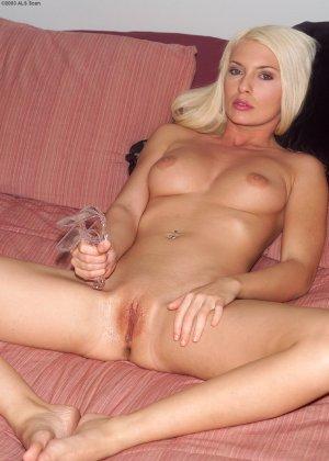 Мегасексуальная блондинка показывает пизду во всей красе - фото 2
