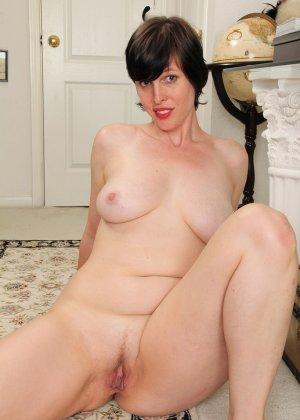 Домохозяйка с большой задницей раздевается в коридоре и, устроившись на полу, раздвигает ноги, показывая небольшую пизду - фото 2
