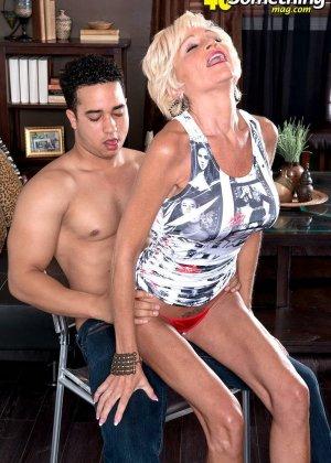 Опытная Ники запросто соблазняет молодого мужчину и он устраивает ей качественный секс - фото 14