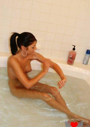Сексуальная молодая брюнетка в ванной - фото 17