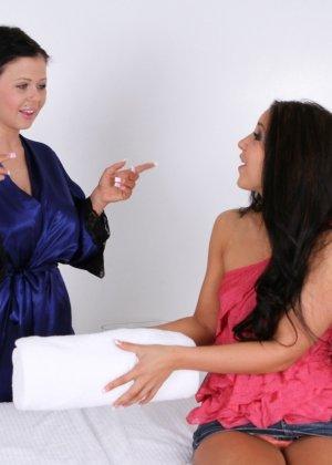 Молодая женщина долго не соглашалась, чтобы массажистка прикоснулась к ее пизде, но потом согласилась - фото 8