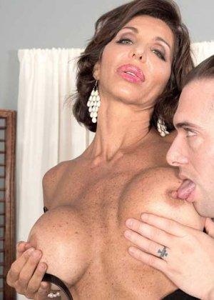 Лила Лали – знойная зрелая секретарша, которая быстро оказывается на мужском члене и скачет на нем - фото 2