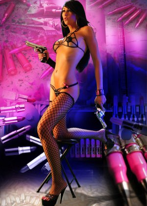 Мисс Чаллис на откровенных фото в белье, чулках и высоких каблуках выглядит просто супер, а с пистолетом еще и опасно - фото 14