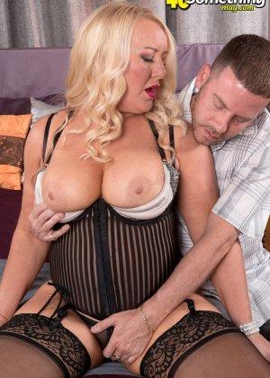Секс с пухлой блондинкой, парень присунул не только в горячую вагину телке, но и между ее сисек - фото 10