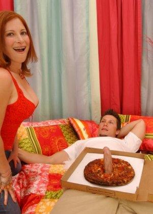 Джинджер Блейз повезло, в коробке с пиццей оказался толстый бонус – стоячий хер разносчика, готовый к сексу - фото 10