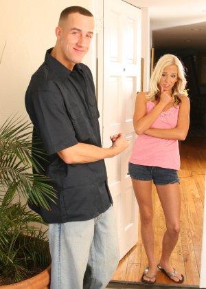 Эден Ажамс пригласил соседку в дом, облил водой и дал отсосать большой член, хоть она и боялась его брать - фото 9