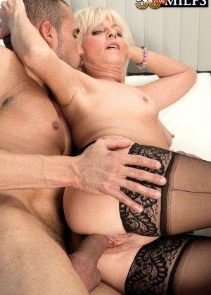 Пожилая бабенка дождавшись любовника начала неистово с ним ебаться - фото 6