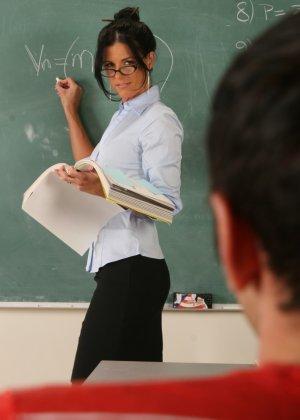 Развратная преподавательница обучает студента, а затем позволяет себя оттрахать в ухоженную пизду - фото 9
