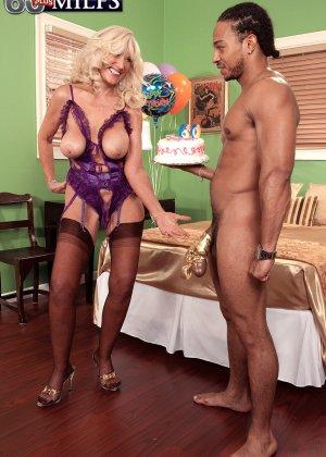 Зрелая блондинка Самеранн на День рождения получила трах с негром с большим хером и осталась довольной - фото 8