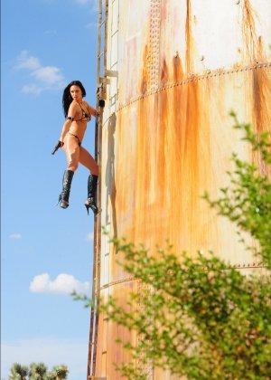 Рози Револьвер снимается в эротической картине, играя роль роковой телки с пистолетом и в одном нижнем белье - фото 3