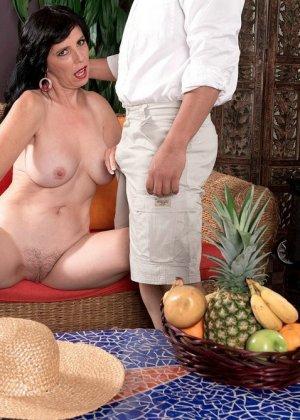 Рейвен Флайт спешит познакомиться с толстым членом незнакомца, парень же мечтает вставить тетке в тугой анал - фото 3