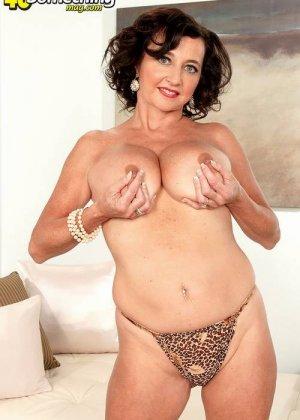 Соло Синди Стар,  зрелая домохозяйка с большими сиськами крутит свои тугие соски и ложится на белый диван - фото 3