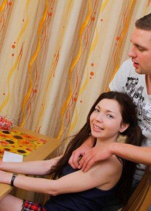 Русская девушка Зоя на кухне сидит за нетбуком, парень хочет ее трахнуть, он имеет ее прямо за обеденным столом - фото 8