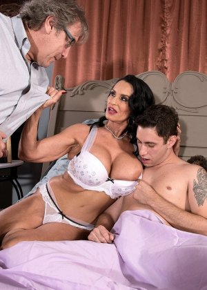 Женщина ебется с молодым любовником в зад, на глазах изумленного мужа - фото 10
