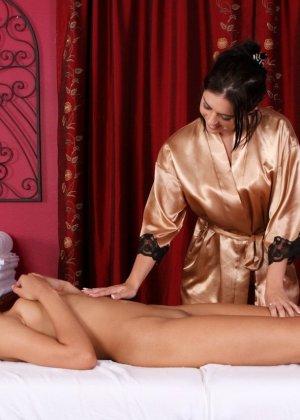 Две брюнетки занялись лесбийской любовью прямо во время массажа - фото 7