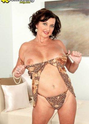 Соло Синди Стар,  зрелая домохозяйка с большими сиськами крутит свои тугие соски и ложится на белый диван - фото 13