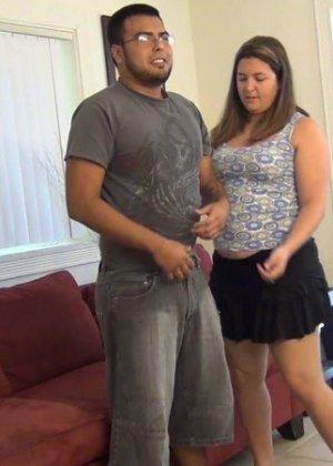 Пышка Рут Уэнам уговаривает мужика раздеться, она хочет показать свои навыки в минете, он остается доволен, а она получает сперму в рот и на руки - фото 12