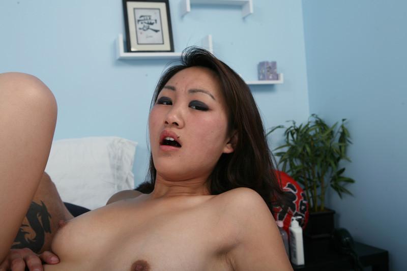 Трахнул азиатку, а она не кончила