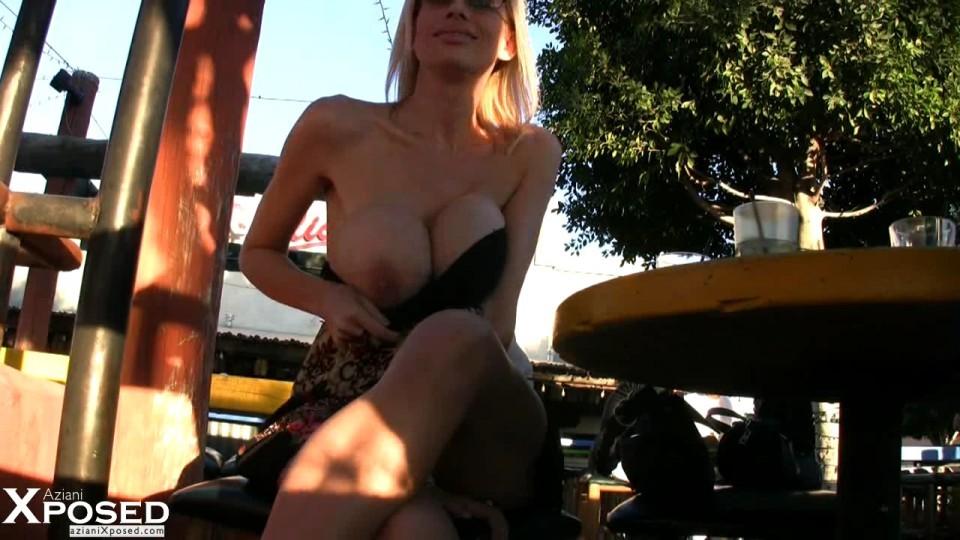 Блондинка показывает голую пизду в летнем кафе