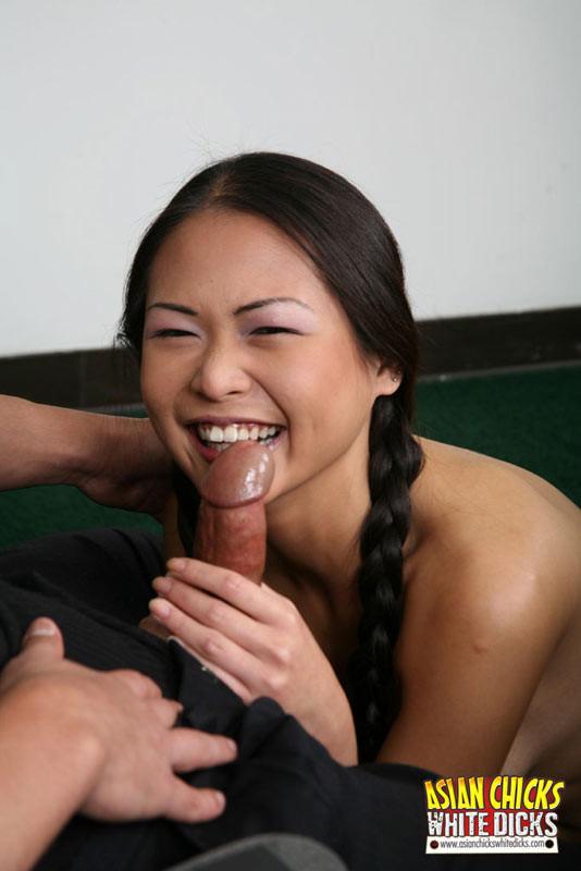 Трахает азиатку в рот и в жопу