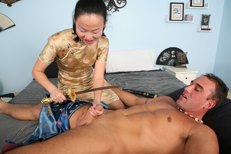 Азиатку трахают большим членом