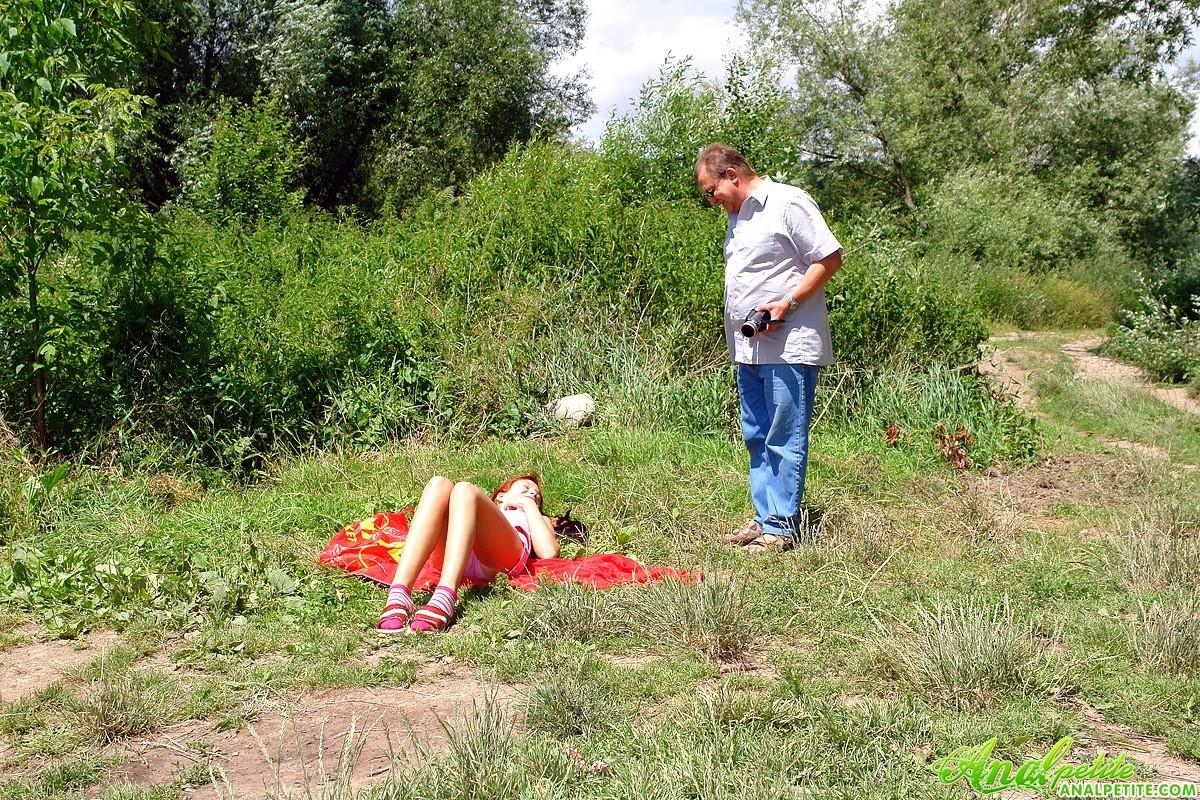 Молодая на природе занимается анальным сексом с пожилым незнакомцем