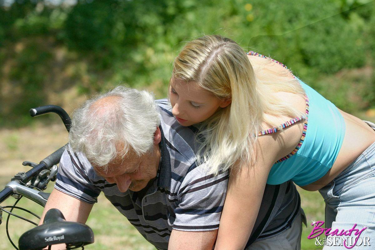 Молодая блондинка ебется на улице со стариком
