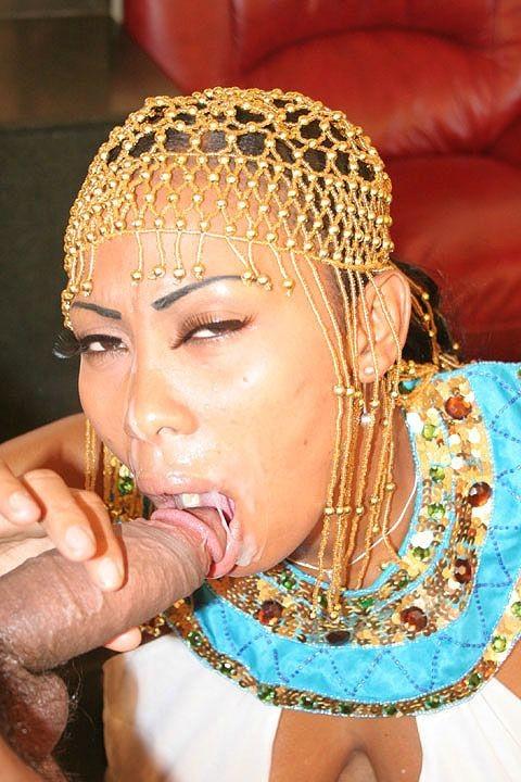 Беременная азиатка сосет хуй