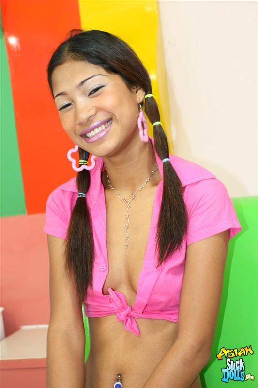 Молодая азиатка показывает небритые половые губы