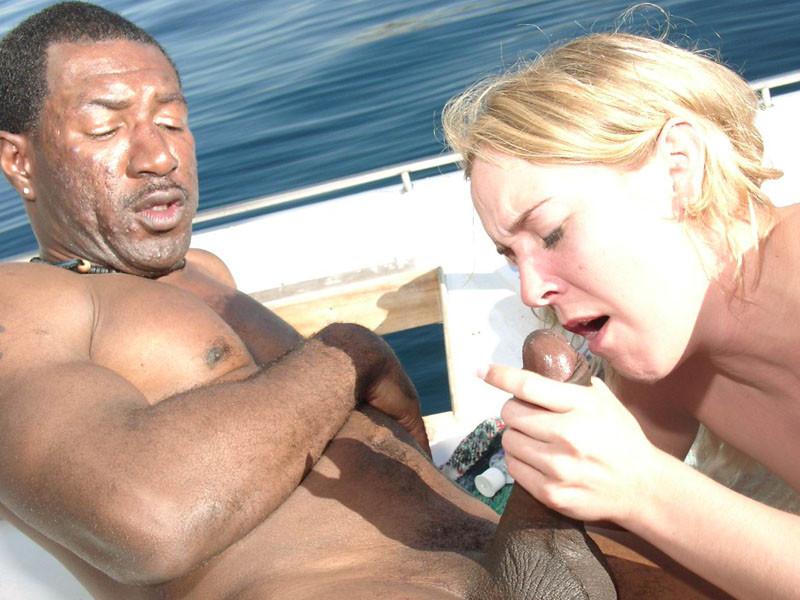 Блондинка ебется с двумя неграми на яхте