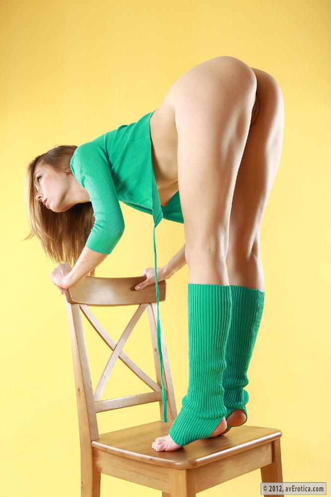 Худышка с бритой пиздой позирует на стуле