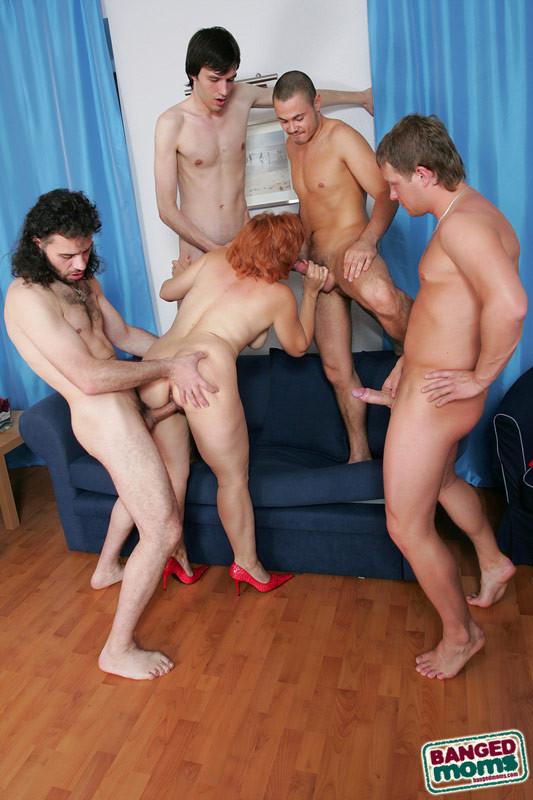 Рыжая зрелая женщина за деньги дала в анал молодым парням