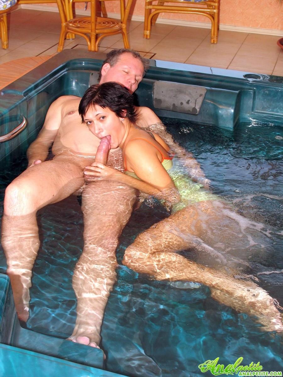 В бассейне зрелая трахается в жопу