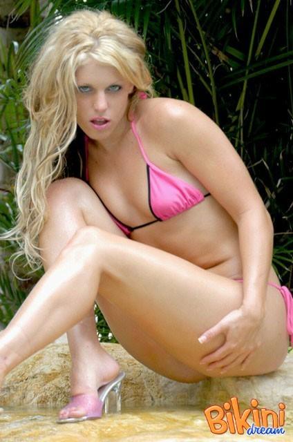 Красивая блондинка в розовом бикини