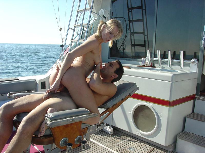 Секс на яхте со зрелой блондинкой в купальнике