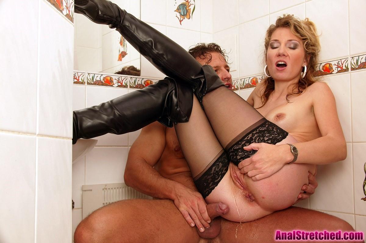 Изящная брюнетка поработала с двумя членами в туалете